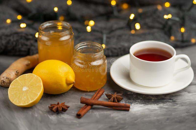 Варенье лимона и имбиря с тостом и специями, с чашкой чаю на темной предпосылке стоковое фото rf