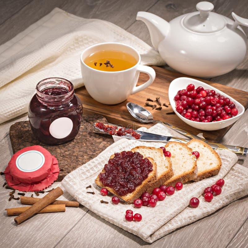 Варенье Lingonberry на хлебе стоковые изображения rf