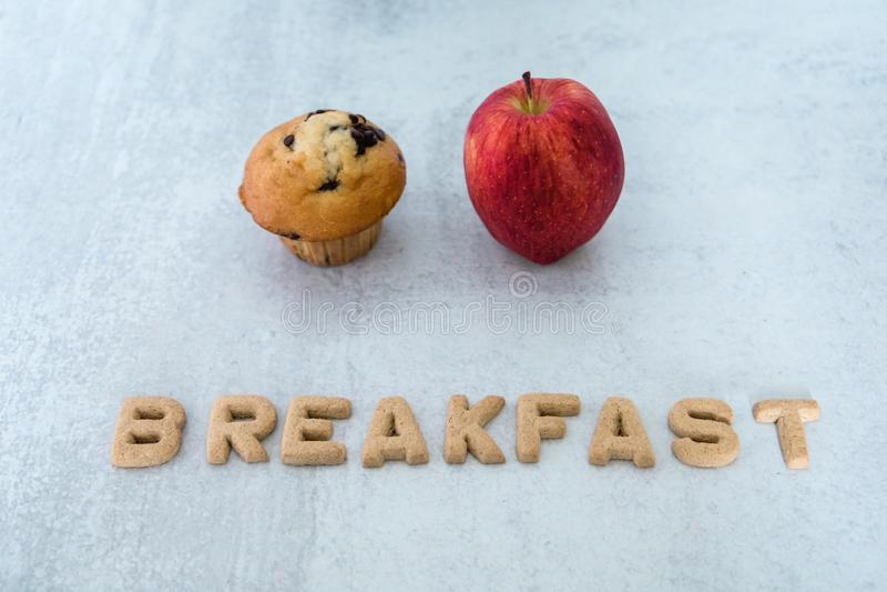 Варианты завтрака выбор яблока или кекс стоковое фото rf