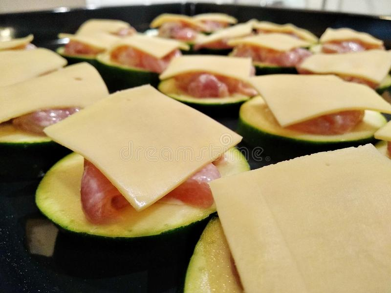 Варить в печи цукини жарить в духовке с мясом и сыром сырцовая еда перед варить фото еды, конец вверх стоковое изображение