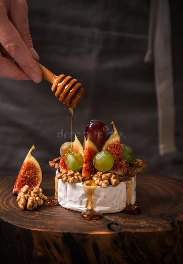 Варить десерт с сыром, смоквами и медом камамбера стоковое изображение rf