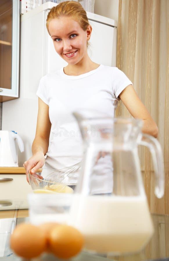 варить детенышей женщины кухни стоковые фотографии rf