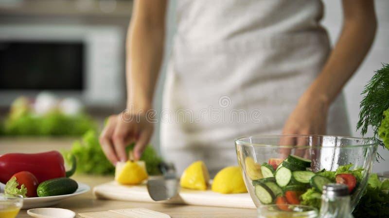 Варить дилетанта делая свежую кухню салата дома, одевая с лимонным соком стоковое фото