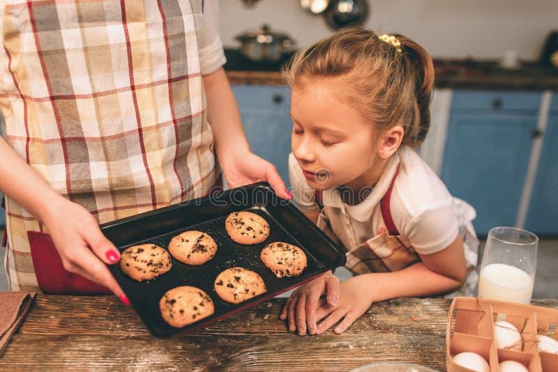 Варить домодельные торты Счастливая любящая семья подготавливает хлебопекарню совместно Девушка дочери матери и ребенка варит стоковые фотографии rf