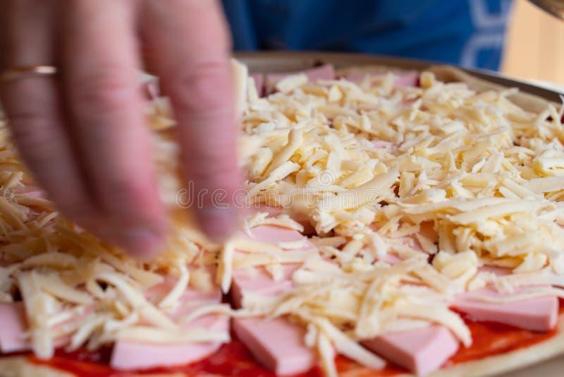 варить очень вкусную пиццу с кусками конца-вверх сосиски и сыра стоковые изображения rf
