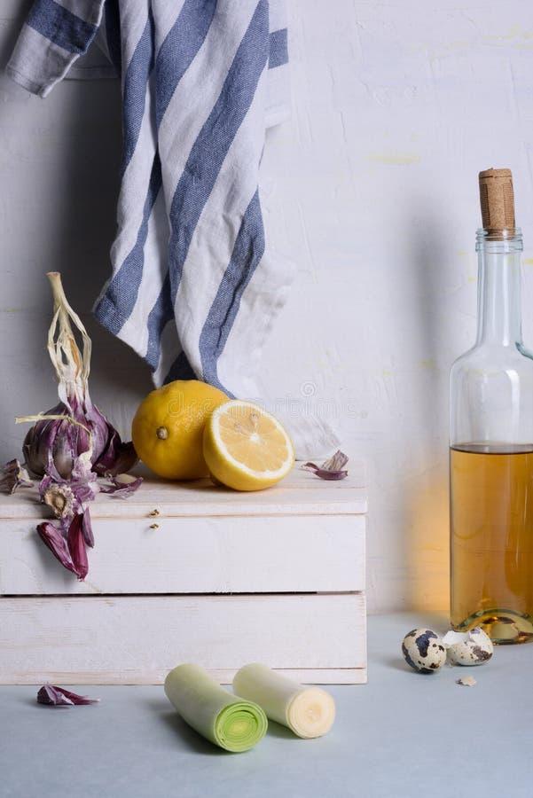 Варить предпосылку, сырцовые ингридиенты на кухонном столе Простой и светлый состав стоковые фото