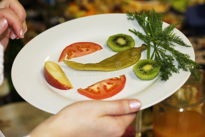 варить Смешная сторона сделанная от овощей и плодоовощей стоковая фотография rf