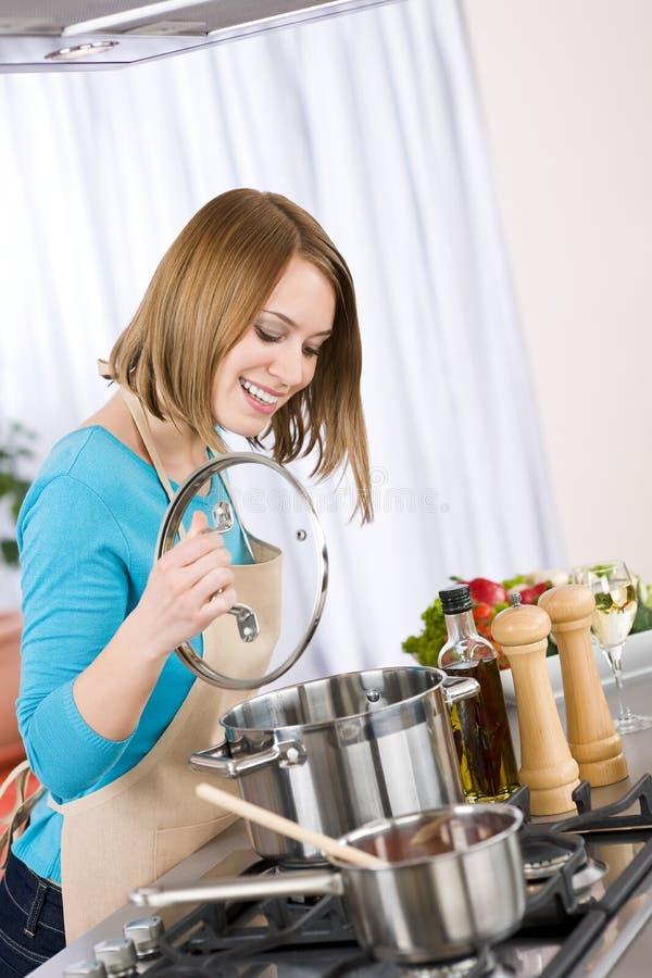 варить счастливую женщину печки кухни стоковые фотографии rf