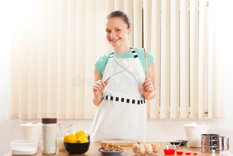 варить счастливую женщину стоковое изображение rf