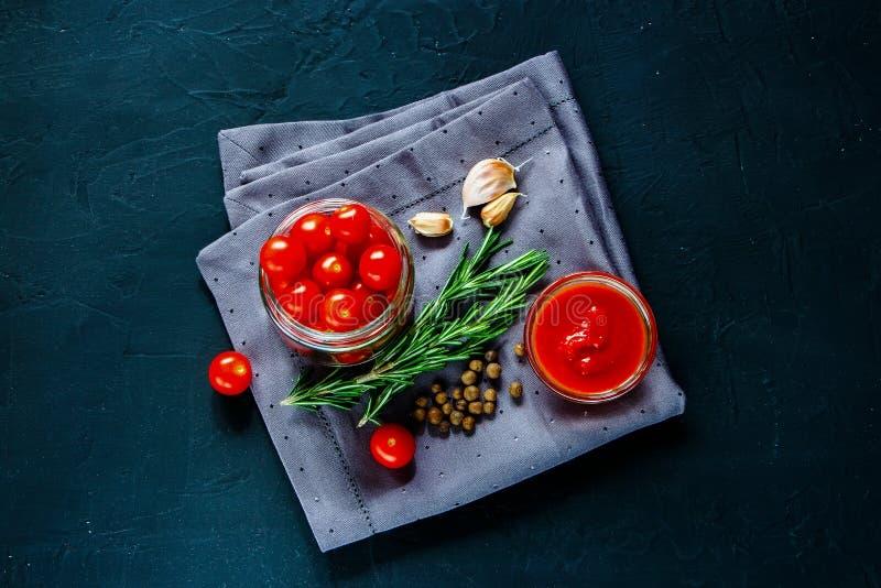 Варить томатный соус вишни стоковое изображение