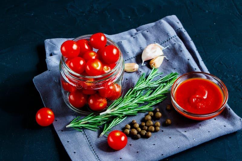 Варить томатный соус вишни стоковые изображения