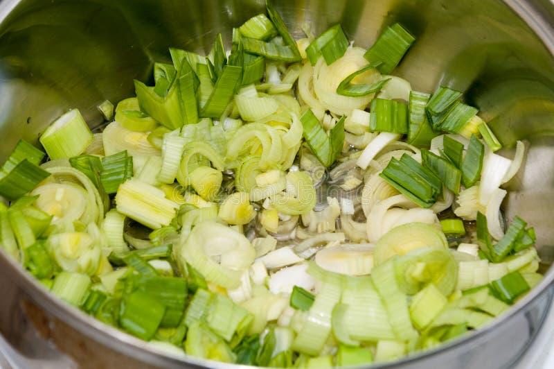 Варить лук-порей в сковороде стоковое фото rf