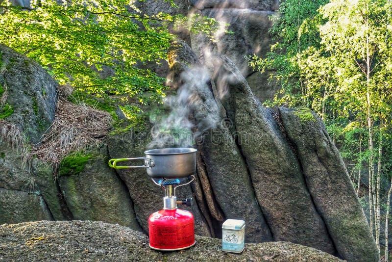 Варить хороший кофе в природе стоковые изображения rf