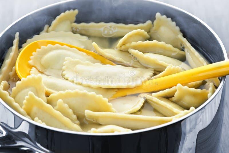 варить ravioli стоковое изображение rf