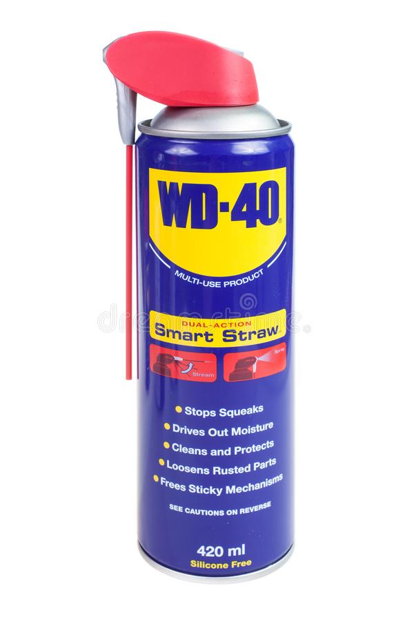 ВАРНА, БОЛГАРИЯ - 10-ОЕ МАРТА 2018: Изолированное WD-40, Multi продукт пользы защищает металл от ржавчины и корозии стоковое фото rf