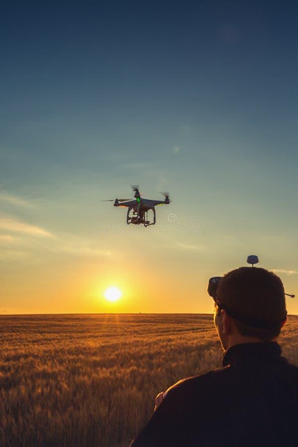 Варна, Болгария - 23-ье июня 2015: Фантом Dji quadcopter трутня летания стоковые фото