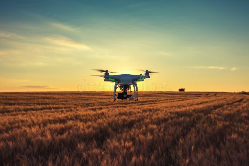 Варна, Болгария - 23-ье июня 2015: Фантом Dji quadcopter трутня летания стоковые фотографии rf