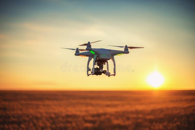 Варна, Болгария - 23-ье июня 2015: Фантом Dji quadcopter трутня летания стоковые изображения rf