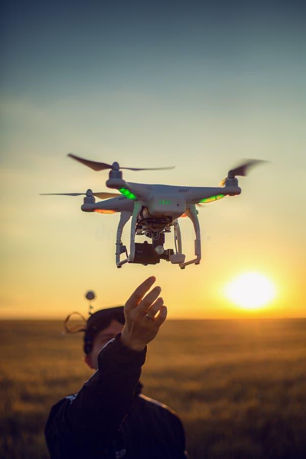 Варна, Болгария - 23-ье июня 2015: Фантом Dji quadcopter трутня летания стоковое изображение