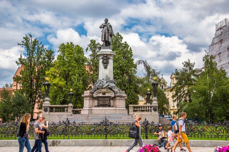 ВАРШАВА - 20-ое июля: Парки, фонтаны заполнили с туристами в старом городке Варшавы, Польши, 20-ое июля 2017 стоковая фотография