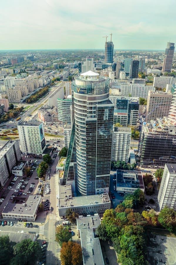 Варшава/Польша - 09 15 2015: Вертикальный взгляд на современном стеклянном skyscrape стоковое фото