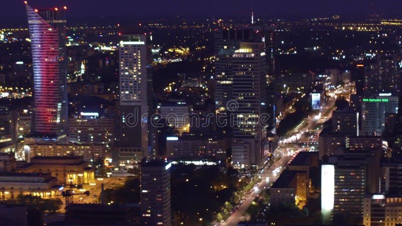 ВАРШАВА, ПОЛЬША - 26-ОЕ АВГУСТА 2017 Воздушная ноча сняла улиц и современных зданий внутри к центру города стоковые фото