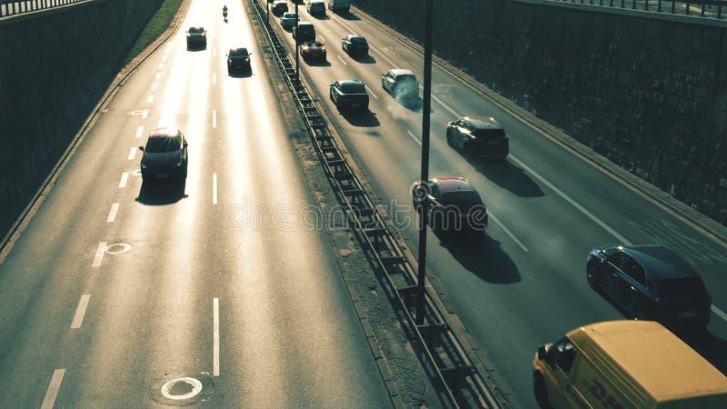 ВАРШАВА, ПОЛЬША - 22-ОЕ АВГУСТА 2018 Тяжело загрязнять автомобиль в дорожном движении стоковое фото rf
