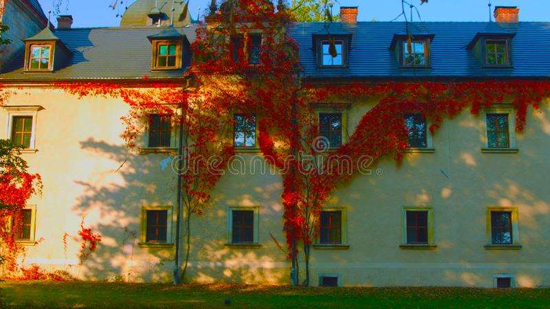 Варшава, Польша - 1-ое апреля 2019: Часть фасада жилого дома квартиры в Пол стоковое изображение rf