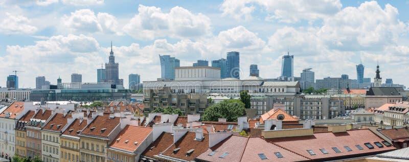 ВАРШАВА, ПОЛЬША - 16-ОЕ ИЮНЯ: Панорама cityline Варшавы с взглядом  стоковые фото