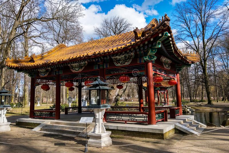 Варшава, Польша, 7-ое марта 2019: Китайский сад в парке Lazienki стоковое изображение