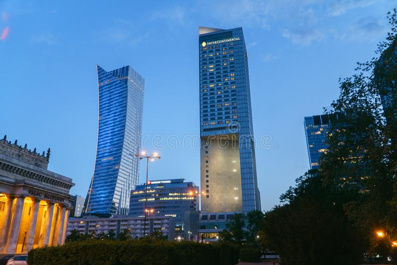 Варшава, Польша - 10-ое мая 2018: Городской пейзаж Варшавы Панорамный вид на загоренных зданиях города вечером в столице  стоковые фото