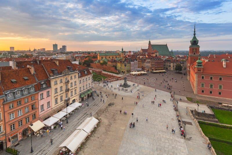 Варшава, Польша - 5-ое сентября 2018: Люди на королевском квадрате замка в городе на заходе солнца, Польше Варшавы Варшава пропис стоковые фотографии rf