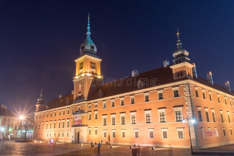 Королевский замок в старом городке Варшавы вечером стоковые изображения rf
