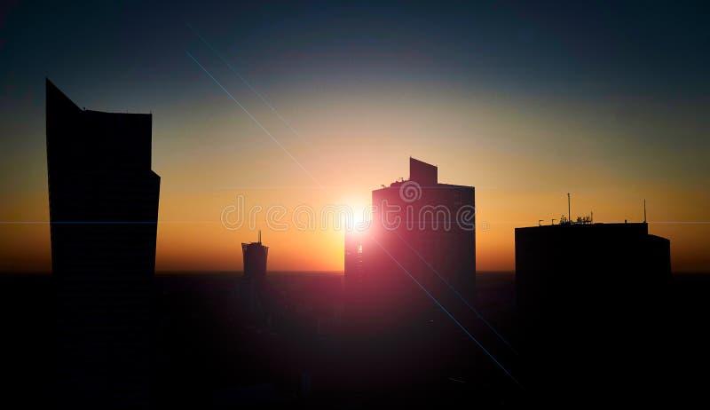 Варшава, Польша - 27-ое августа 2016: Взгляд Skylinel панорамный к центру города польской столицы на заходе солнца с пирофакелом  стоковые изображения