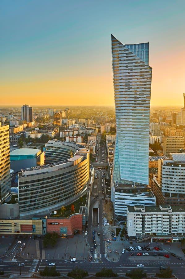 Варшава, Польша - 27-ое августа 2016: Воздушный панорамный взгляд к центру города польской столицы на заходе солнца, от верхнего  стоковые фотографии rf