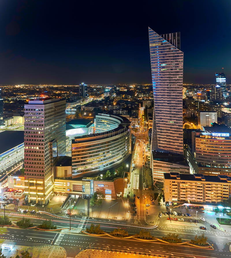 Варшава, Польша - 27-ое августа 2016: Воздушный панорамный взгляд к центру города польской столицы к ноча, от верхнего дворца стоковые фото