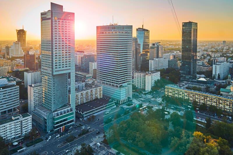 Варшава, Польша - 27-ое августа 2016: Воздушный панорамный взгляд к центру города польской столицы на заходе солнца с пирофакелом стоковое изображение