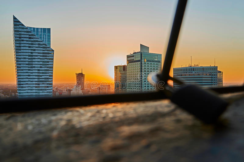 Варшава, Польша - 27-ое августа 2016: Воздушный панорамный взгляд к центру города польской столицы на заходе солнца, от верхнего  стоковые изображения rf