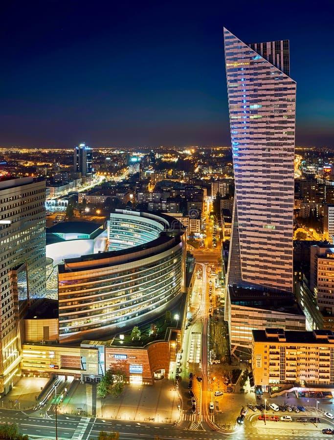 Варшава, Польша - 27-ое августа 2016: Воздушный панорамный взгляд к центру города польской столицы к ноча, от верхнего дворца стоковое фото rf
