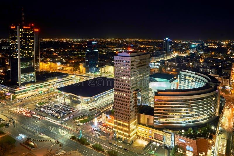 Варшава, Польша - 27-ое августа 2016: Воздушный панорамный взгляд к центру города польской столицы к ноча, от верхнего дворца стоковые фотографии rf