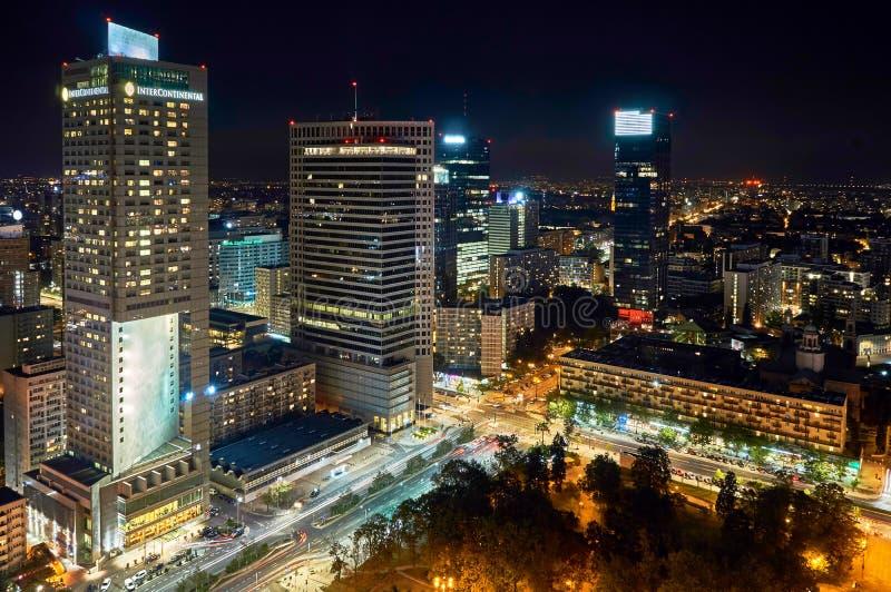 Варшава, Польша - 27-ое августа 2016: Воздушный панорамный взгляд к центру города польской столицы к ноча, от верхнего дворца стоковое изображение rf