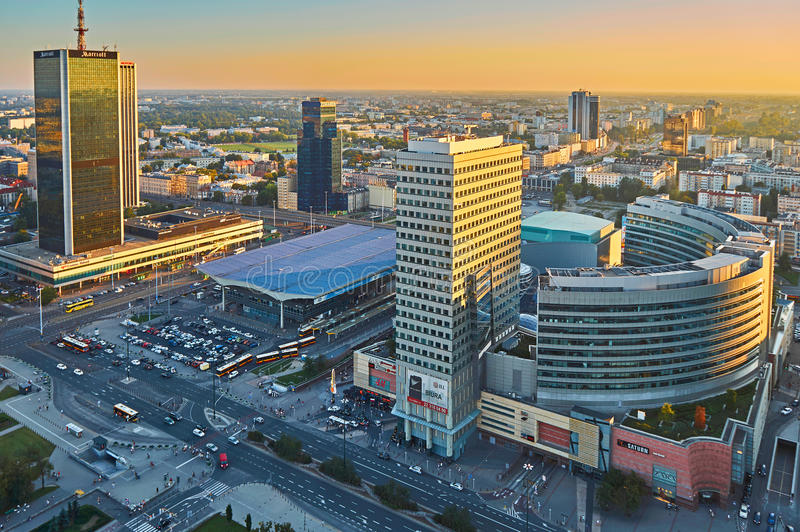 Варшава, Польша - 27-ое августа 2016: Воздушный панорамный взгляд к центру города польской столицы на заходе солнца, от верхнего  стоковое фото