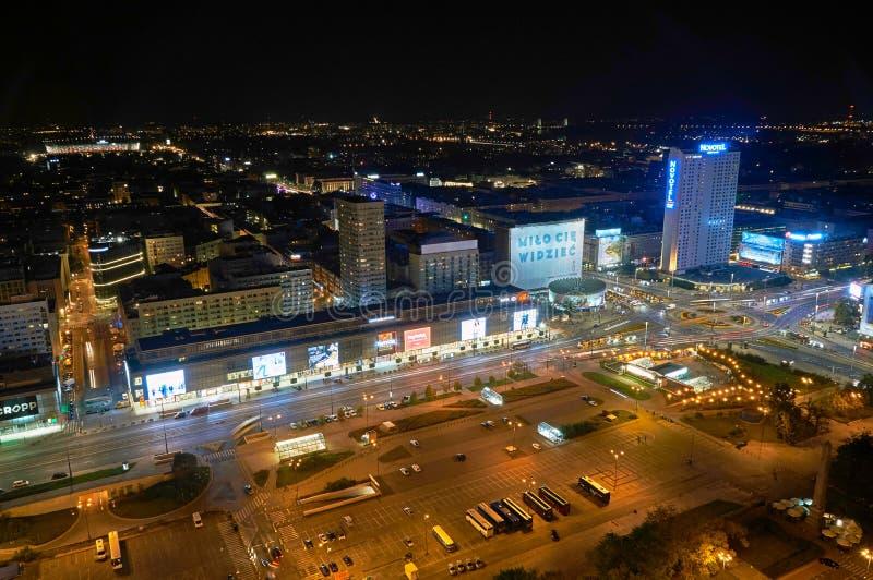Варшава, Польша - 27-ое августа 2016: Воздушный панорамный взгляд к центру города польской столицы к ноча, от верхнего дворца стоковая фотография