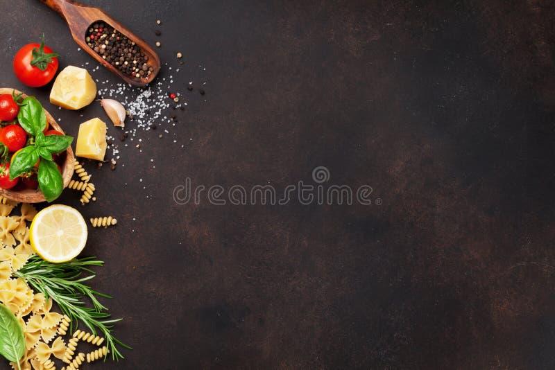 варящ ингридиенты еды итальянские ингридиенты вишни предпосылки изолировали белизну томата спагетти макаронных изделия стоковое фото