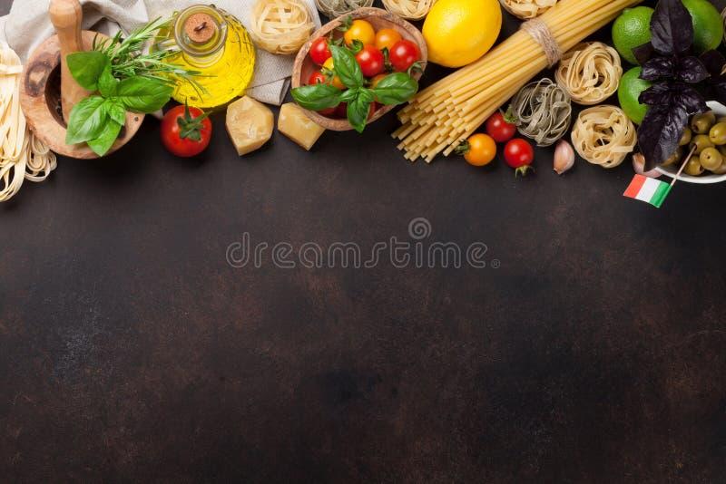 варящ ингридиенты еды итальянские ингридиенты вишни предпосылки изолировали белизну томата спагетти макаронных изделия стоковое изображение