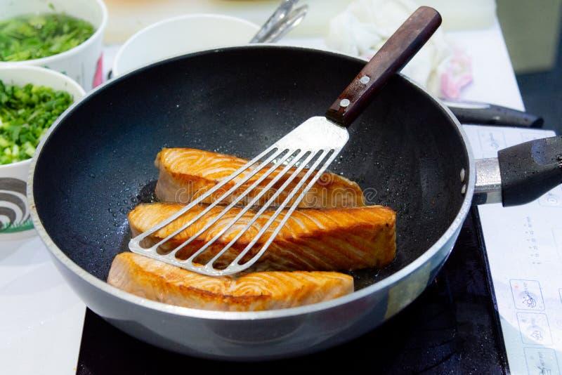 Варящ Salmon стейк при лоток, жаря Salmon стейк стоковая фотография