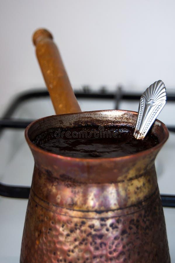Варя/кипя кофе на белой газовой плите стоковая фотография rf