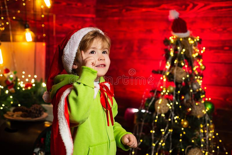 Вас ваша семья это рождество r Милая игра мальчика около рождественской елки стоковое изображение