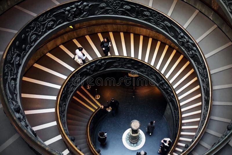 Ватикан - 24-ое февраля 2016: Люди идя вниз с спиральных stais внутри музеев Ватикана стоковое изображение rf