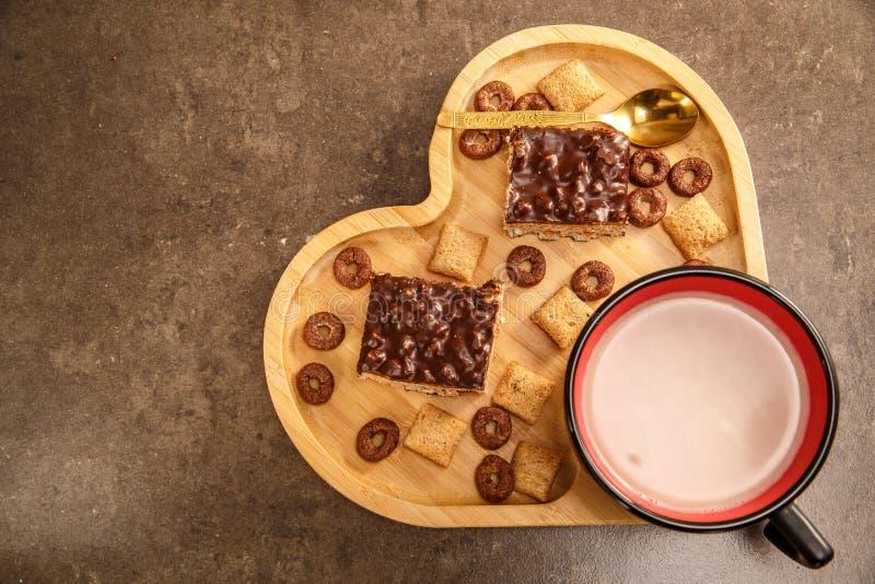 Вафли и печенья шоколада в деревянном подносе в форме сердца и чашке горячего шоколада стоковая фотография rf